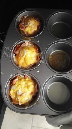 Voor 3 vormpjes gebruik je 3 eieren en 3 sneden ham