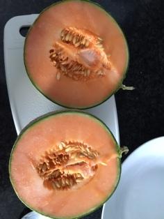 Snijd de meloen in twee